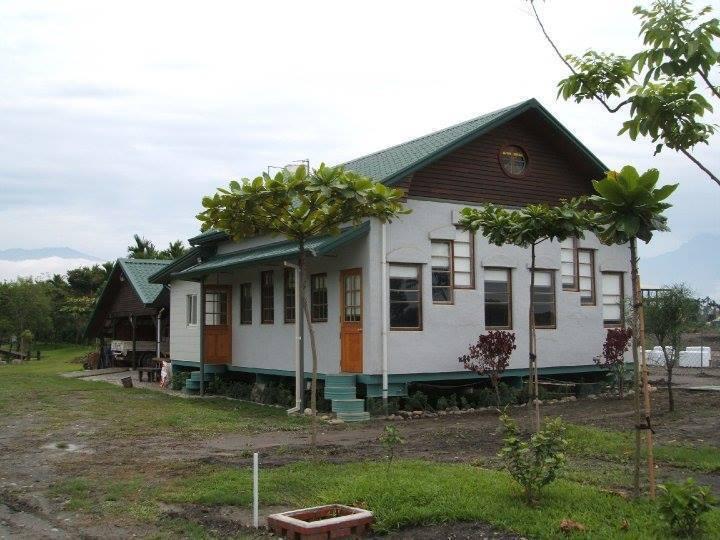 大茉莉農莊園區內房屋都是以紙磚頭建造裝修。 圖/大茉莉農莊粉絲專頁