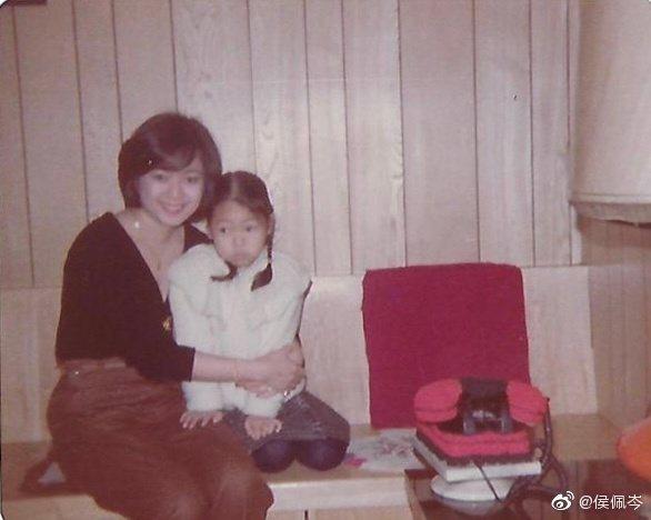 侯佩岑童年時與媽媽的合照。 圖/擷自侯佩岑微博