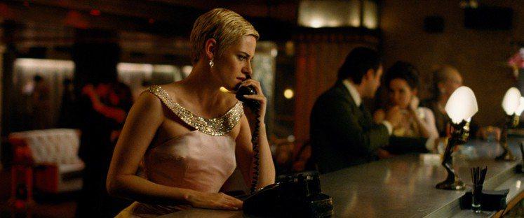 克莉絲汀史都華在《四面受敵》中飾演傳奇女星珍西寶。圖/達志影像