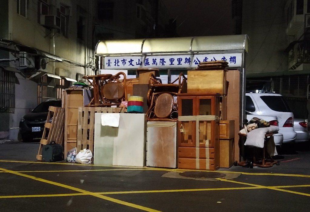 每到歲末年終,路邊常見家具丟掉的景象。 圖/鄒敏惠攝影