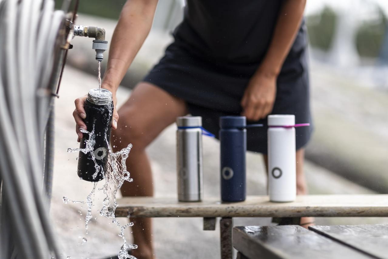 運動前兩小時至三小時,就要有意識地補充水分,至少喝下五百毫升至六百毫升的水,若一...