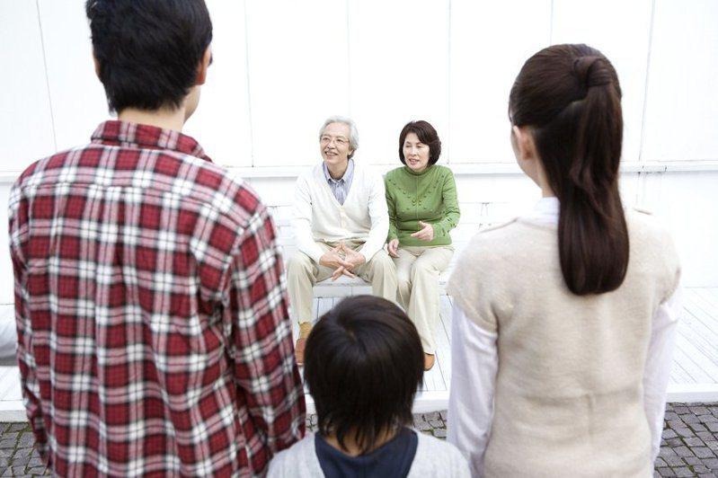 一名人妻抱怨先生每個月都給父母1萬元,實在給太多。 示意圖/Ingimage