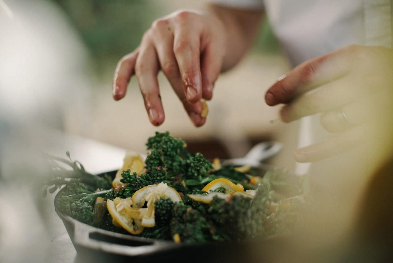 清蒸、水煮、涼拌、烤、紅燒、燉、滷都是能成功降低熱量的方法。 圖/unsplas...