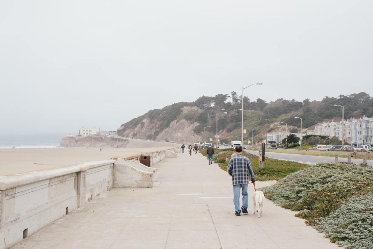 走路是不錯的運動,但無法抵禦肌肉無情的流失。 圖/unsplash