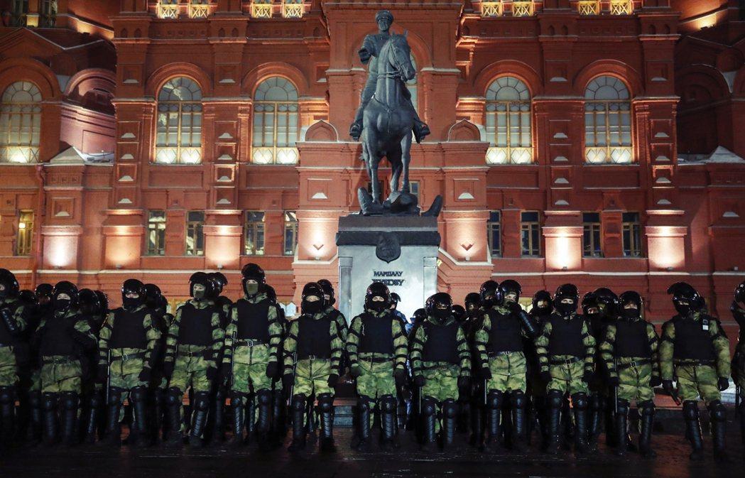 圖為2月2日軍警在聲援納瓦爾尼的抗爭現場嚴陣以待。 圖/法新社