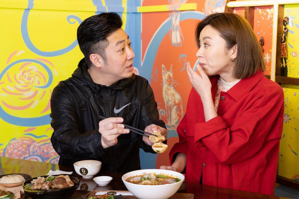 王瞳品嚐一口牛肉湯餃,驚訝露出好吃表情。記者季相儒/攝影