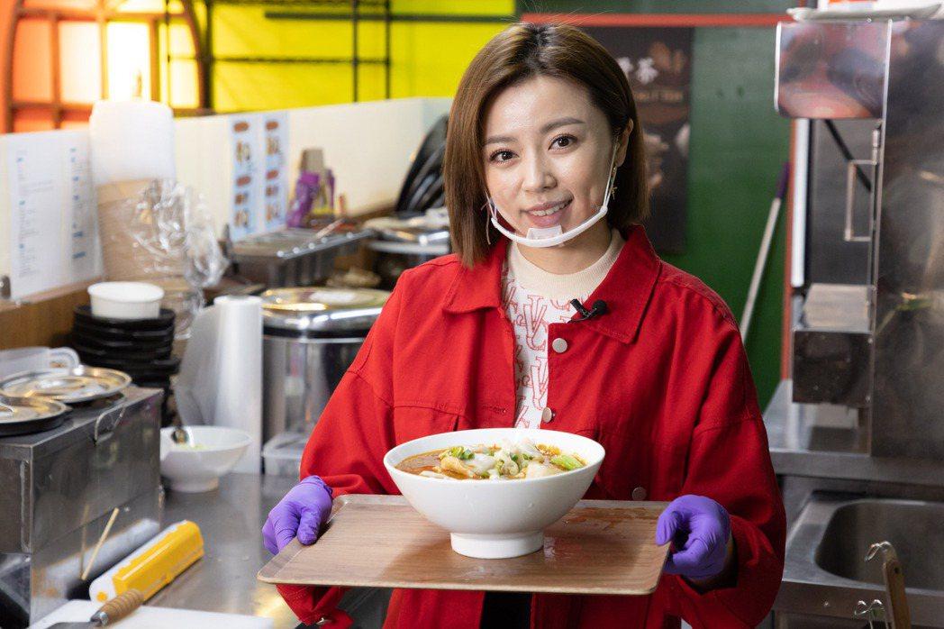 王瞳到老公艾成的店,親自下廚料理牛肉湯餃。記者季相儒/攝影