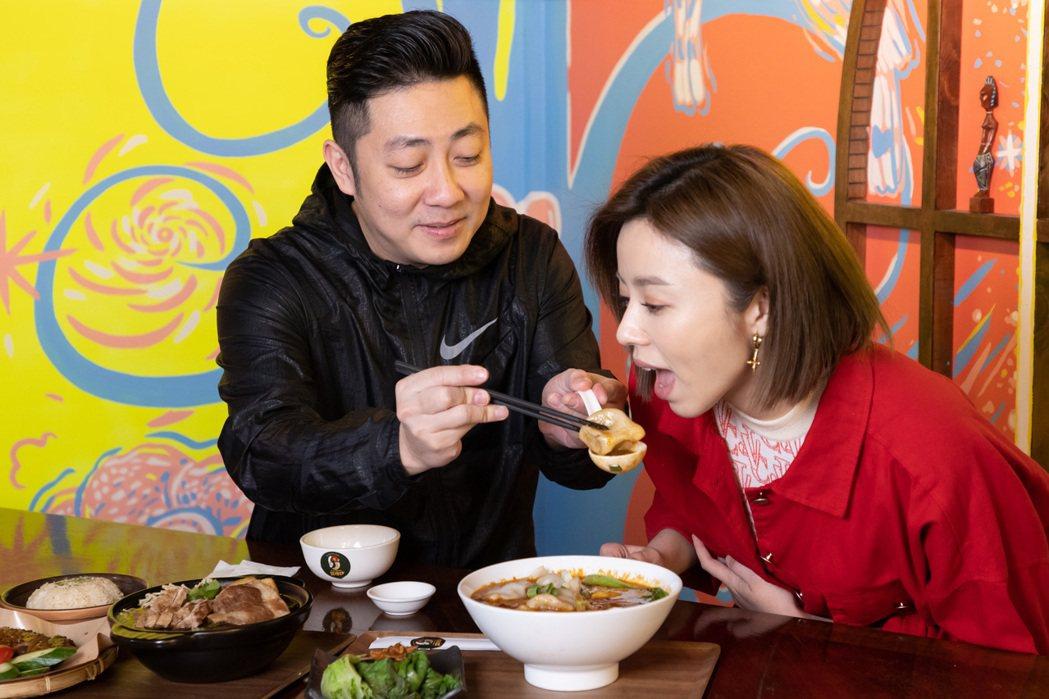 艾成、王瞳吃湯餃,夫妻感情超甜蜜。記者季相儒/攝影