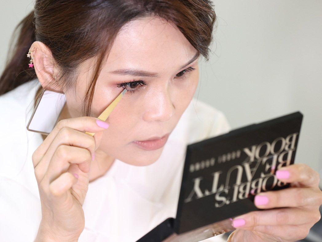 周蕙分享新年開運妝小撇步,示範用假睫毛修飾眼睛線條。記者林澔一/攝影
