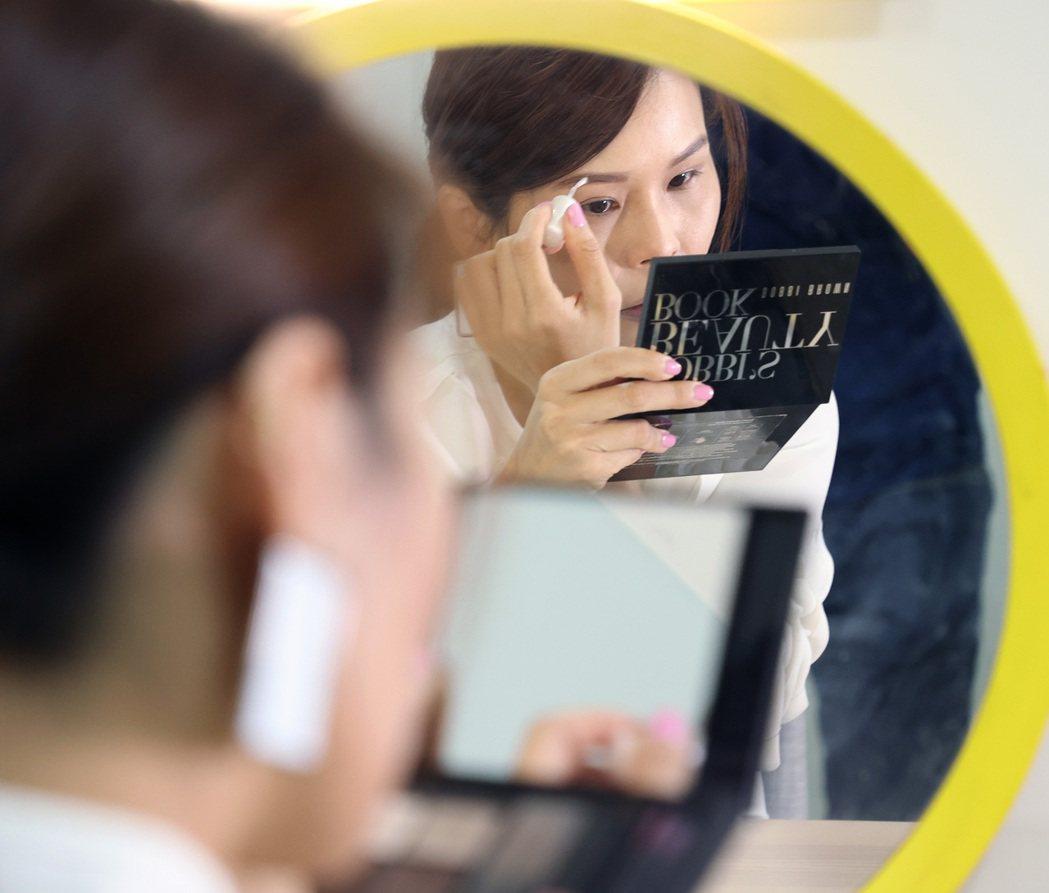 周蕙素顏上陣分享新年開運妝小撇步,表示自己的習慣是從上往下化妝。