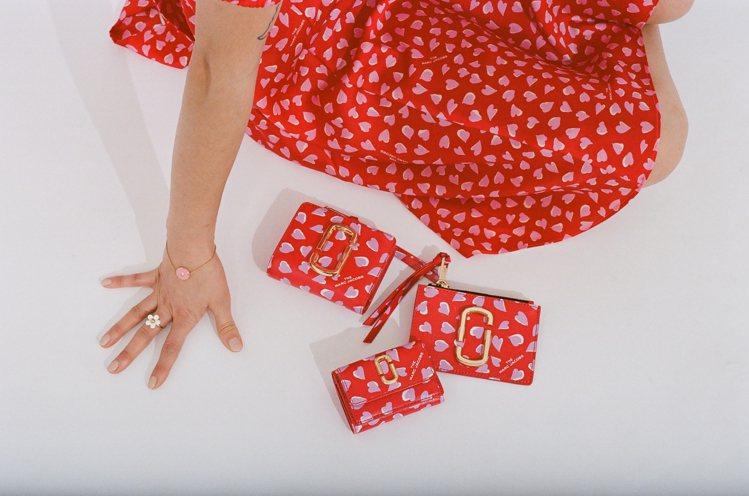 為了在情人節傳遞濃情蜜意,Marc Jacobs打造出像是櫻花花瓣般的愛心塗鴉,...