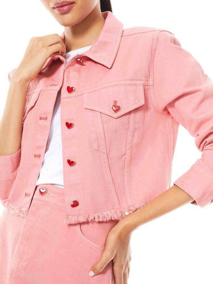 粉色夾克上的釦子還以愛心打造,在隨興不羈的風格中保留濃情蜜意。圖/alice +...