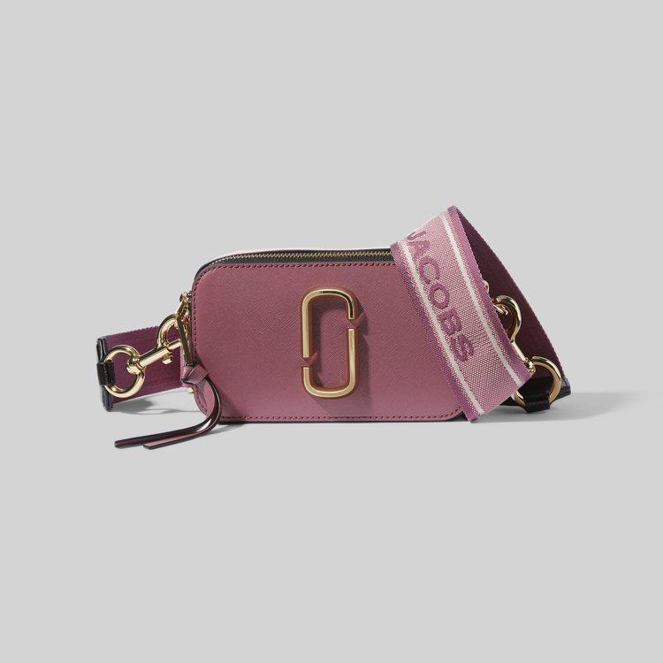 乾燥玫瑰粉色Snapshot相機包,溫和柔美的用色充滿浪漫情懷。圖/Marc J...