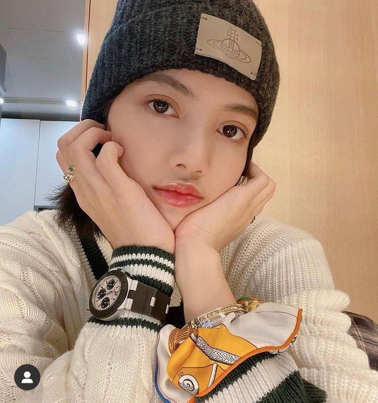 韓國女子天團BLACKPINK的Lisa是寶格麗品牌大使,在IG發布自己配戴寶格...