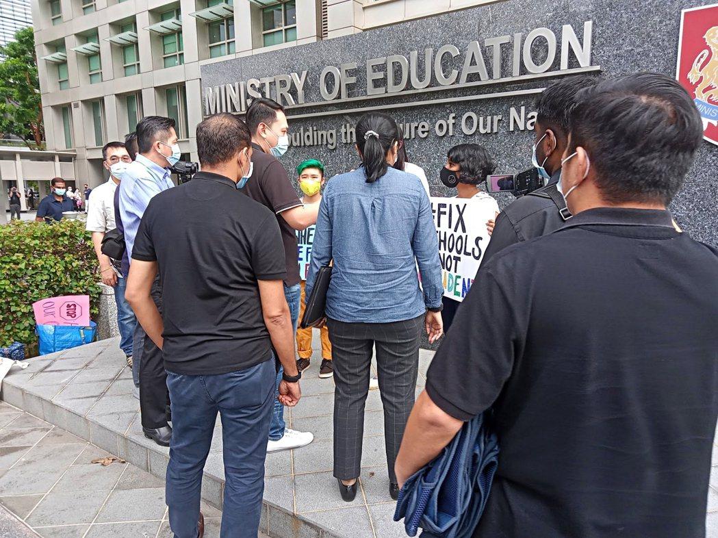 幾位聲援艾希莉的抗議者,隨後遭到警方關切。 圖/取自記者韓俐穎推特
