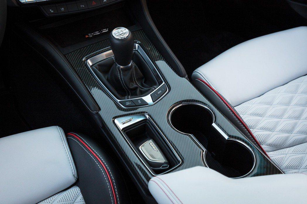 六速手排變速箱具有退檔補油和No-Lift Shift換檔不收油功能。 圖/Ca...