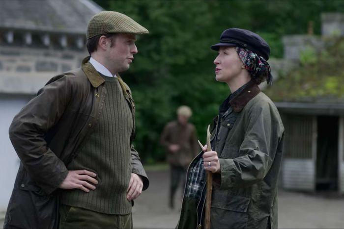 影集《王冠The Crown》中Erin Doherty飾演的安妮長公主(右)穿...