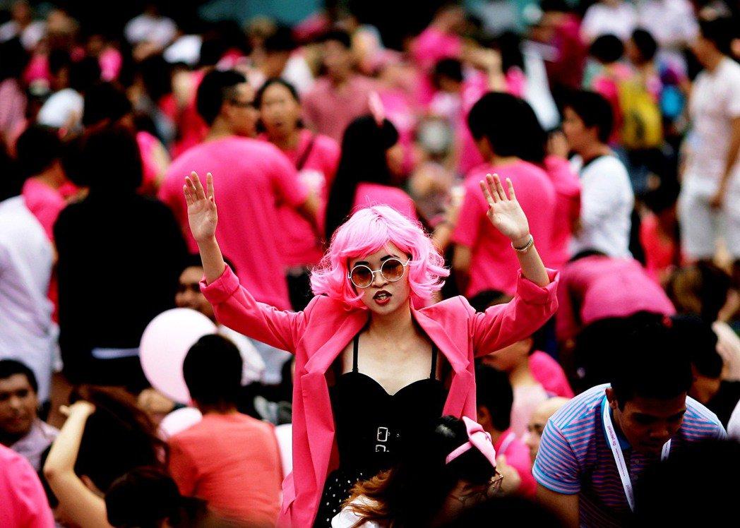 1月26日,五位聲援者到新加坡教育部前面舉牌抗議,要求教育部停止歧視跨性別者,然...
