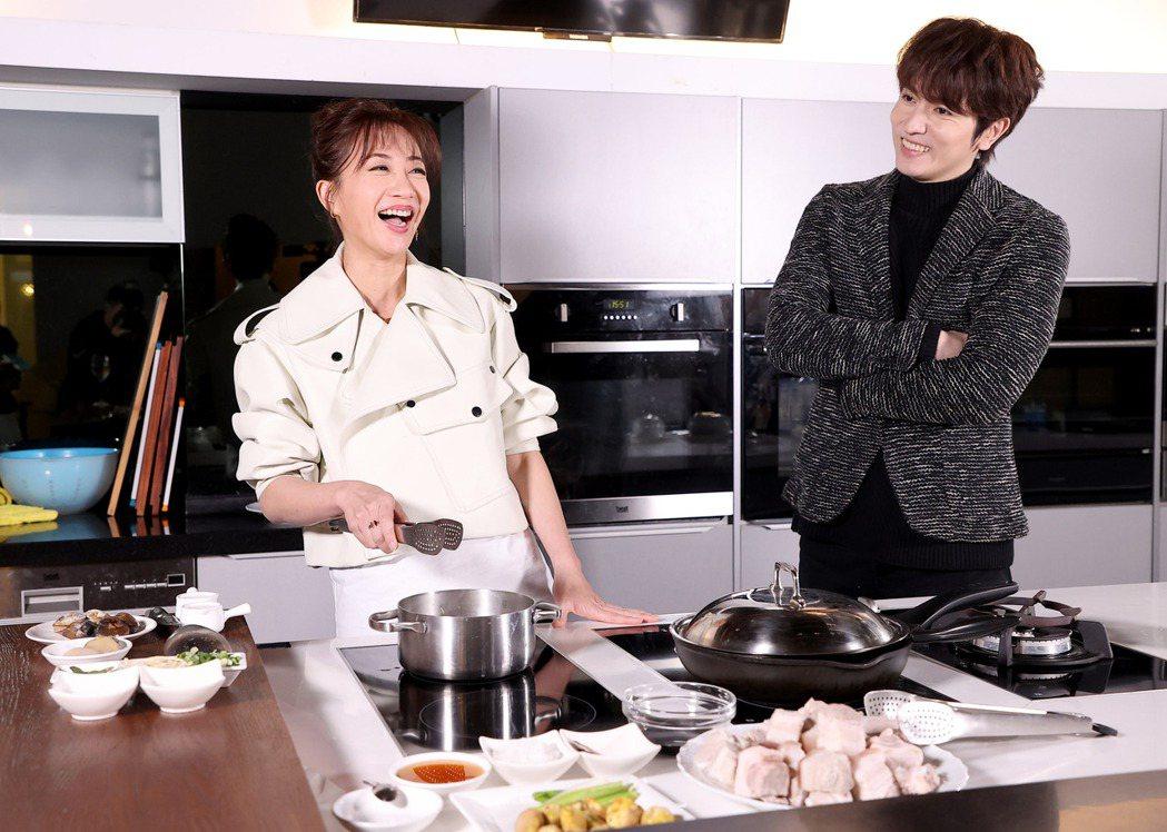 潘奕如(左)與陳璽安(右)一同做年菜。記者余承翰/攝影