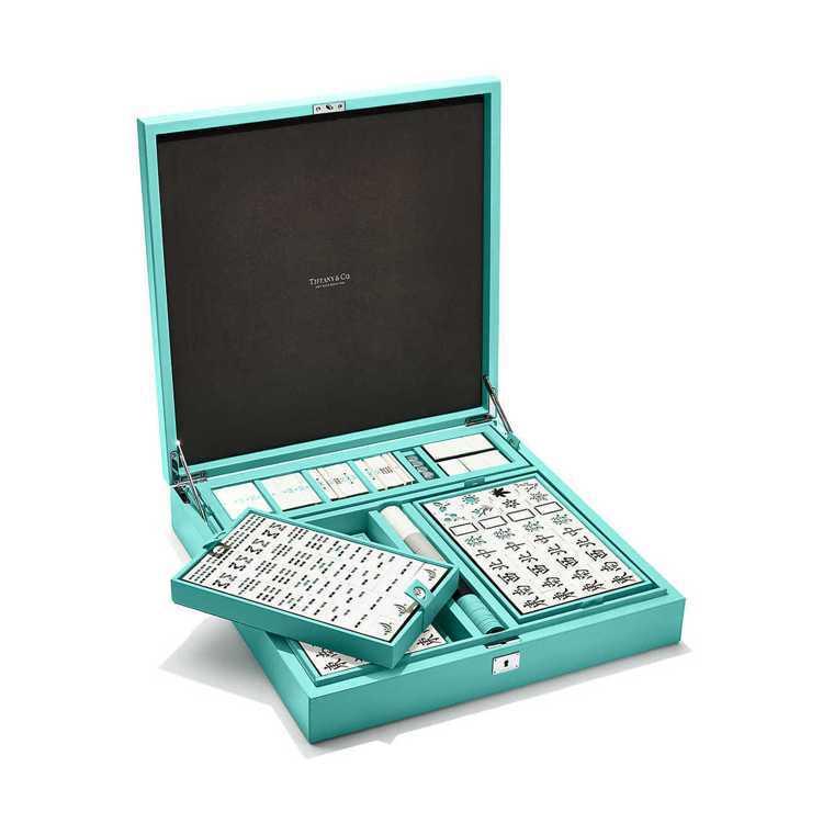 Tiffany & Co則是以經典的Tiffany色點綴麻將,外盒同樣也是這種夢...