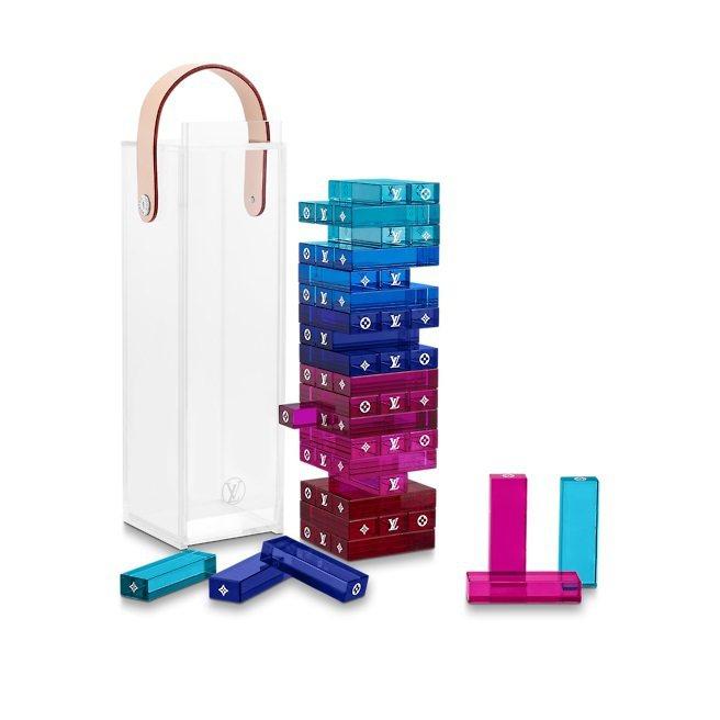 Monogram Tower以樹脂玻璃製作,綴有Monogram金屬花卉經典圖案...