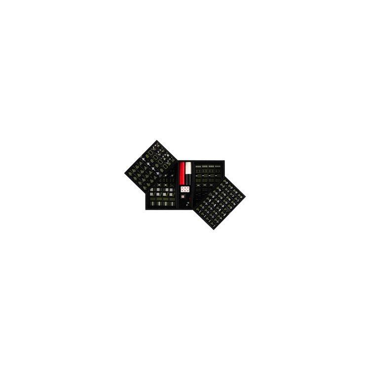 Prada麻將組搭上Saffiano皮革收納盒和黑、白、紅籌碼,時尚感爆棚。圖/...
