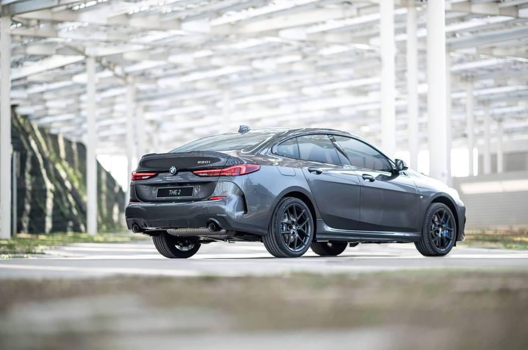 18吋M款專屬深色V輻式輪圈搭配M款空力套件,凸顯全新BMW 220i Edit...