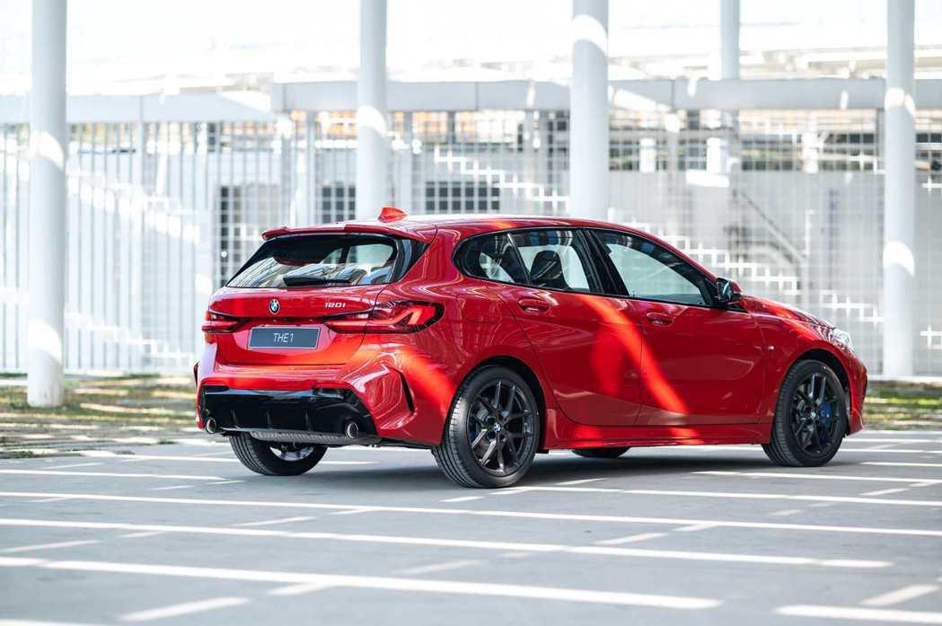 全新BMW 120i Edition M使用黑色高光澤外觀套件,打造更具視覺張力...