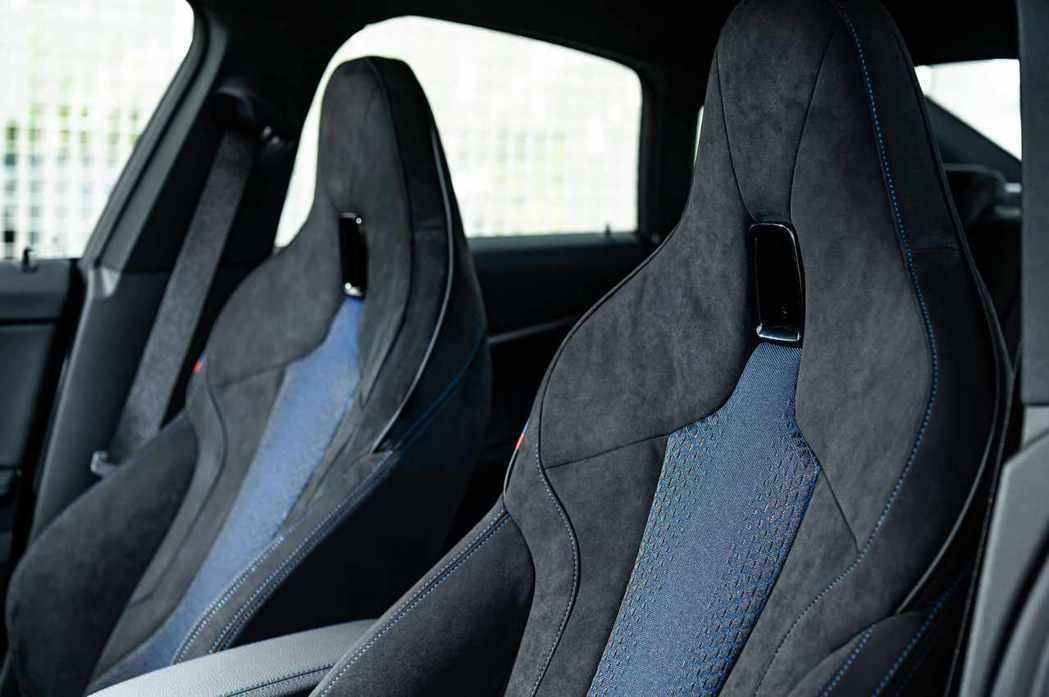 極具熱血氛圍的M雙前座跑車座椅以Alcantara麂皮與高級織布材質打造,完美注...