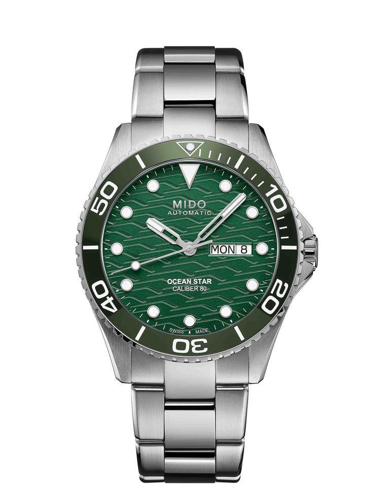 新款設計在表圈材質使用同面盤的綠色陶瓷圈,耐刮、耐磨,33,400元。圖 / M...