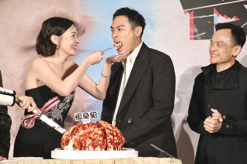 《複身犯》記者會上,張榕容餵楊祐寧蛋糕搞笑。記者林俊良/攝影