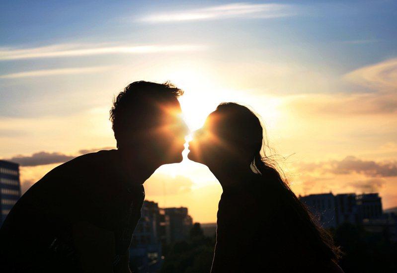 大陸一名男子遭女子拉住強吻。示意圖/Ingimage