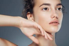 脖子頸紋可以消除?6招幫你解決顯老十年的頸紋