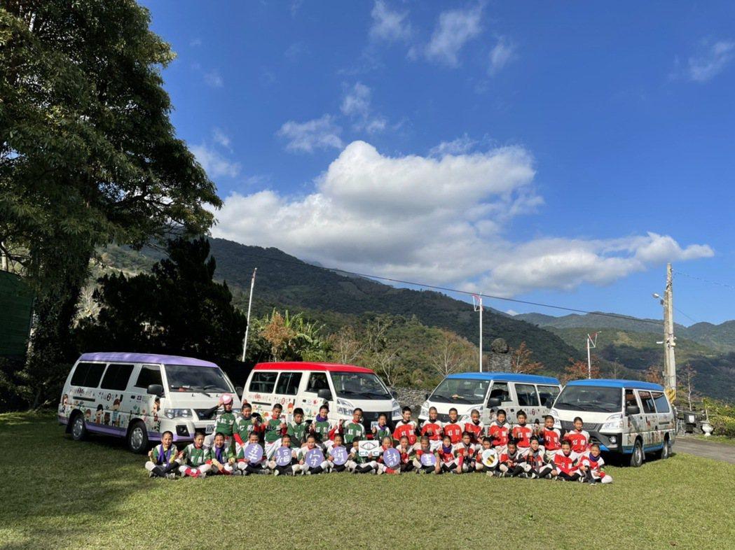 幸福守護計畫8號車前進紅葉國小,捐贈至台東的3台守護專車也一同分享喜悅。 圖/中...