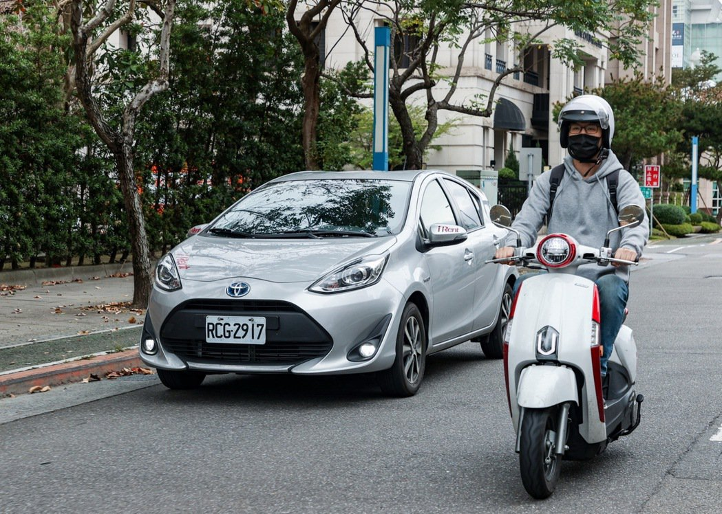 iRent自助租車同時提供電動機車及汽車,滿足不同使用需求。 記者曾原信/攝影