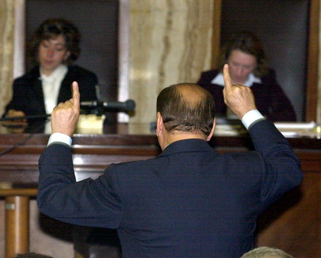 2003年5月,時任義大利總理貝魯斯柯尼在米蘭法院進行言詞答辯。 圖/美聯社