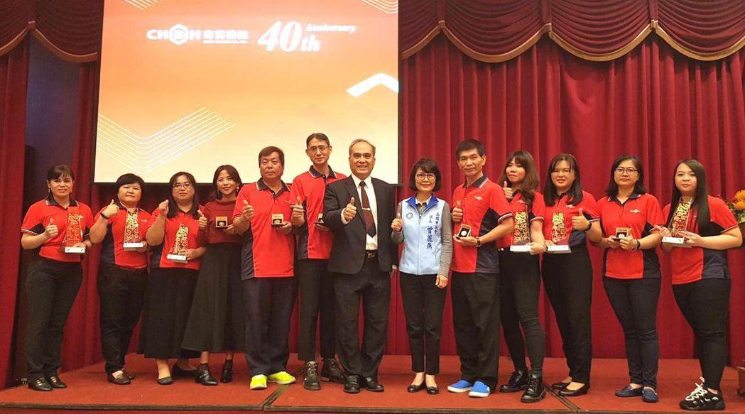 高雄市議會議長曾麗燕(右五)、奇賓機械總經理蘇金樹(右六),共同頒獎表揚奇賓機械...