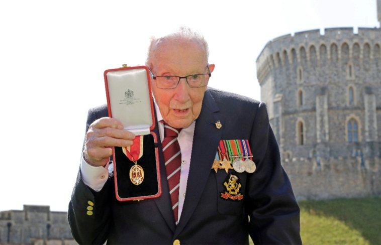 高齡100歲的英國二戰老兵摩爾,致力幫醫護人員募款,感動全世界。他在確診2019...
