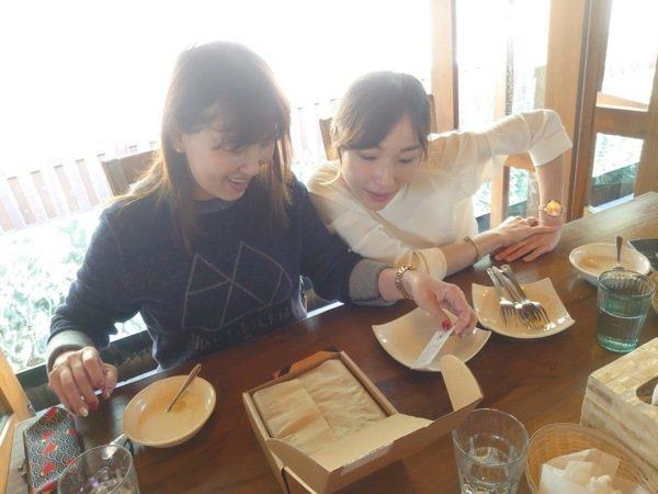 開心的兩個女生
