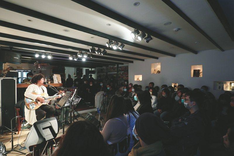女巫店收藏了台灣獨立音樂的世代風景,也為台灣的獨立音樂場景增添了多元豐富。 (攝影:林格立)