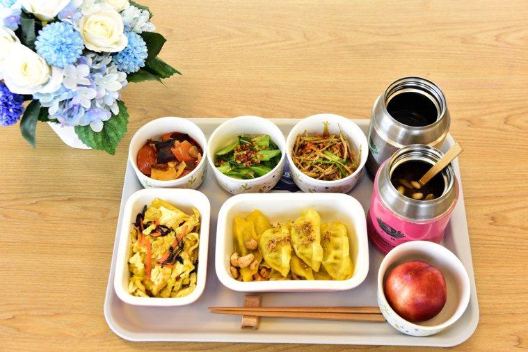 大林慈濟醫院營養師黃金環表示,把握食物六大營養素,搭配「彩虹飲食法」,以新鮮、多...