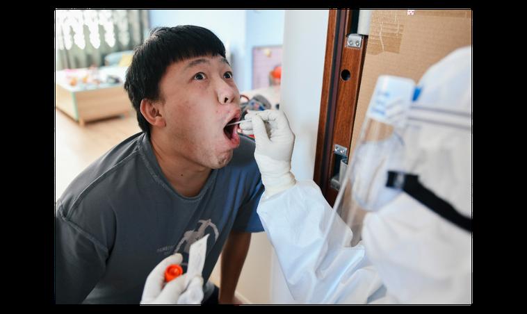 圖為吉林省通化市防疫人員為民眾進行核酸檢測。目前大陸核酸檢測仍是以「鼻咽拭子」和...