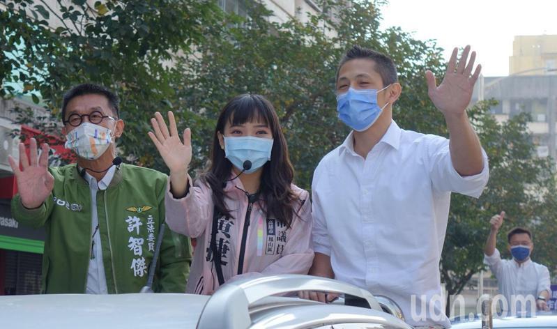 民進黨台北市黨部主委吳怡農(右)今天專程到高雄陪同面臨罷免投票的市議員黃捷(中)掃街拜票。左:立委許智傑。記者楊濡嘉/攝影
