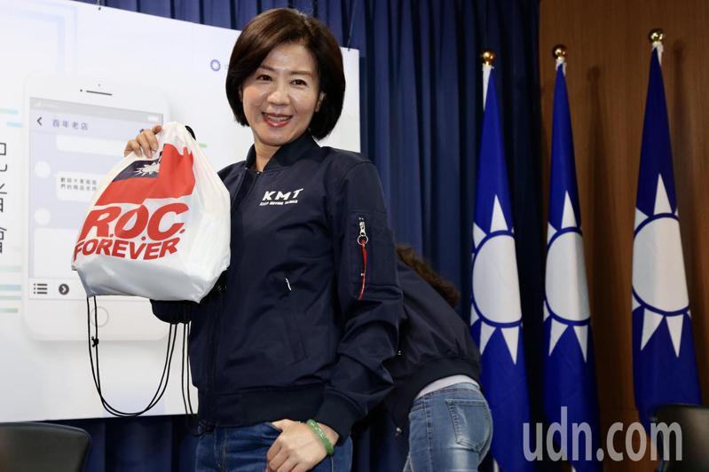 國民黨文傳會主委王育敏拍飛行外套形象照,被綠營黨工酸「50歲阿姨」,上午她出席青年部飛行外套發布記者會亮相。記者林俊良/攝影