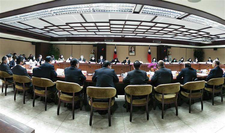 經濟部舉辦智慧製造國際行銷座談會,由部長王美花及政務次長陳正祺主持,包括台灣機械...