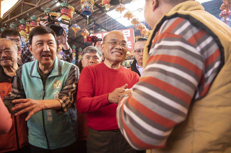 圖為2019年2月行政院長蘇貞昌(中)陪同民進黨三重立委補選參選人余天(左)在三重聖賢宮進行參拜、發福袋。本報資料照片。