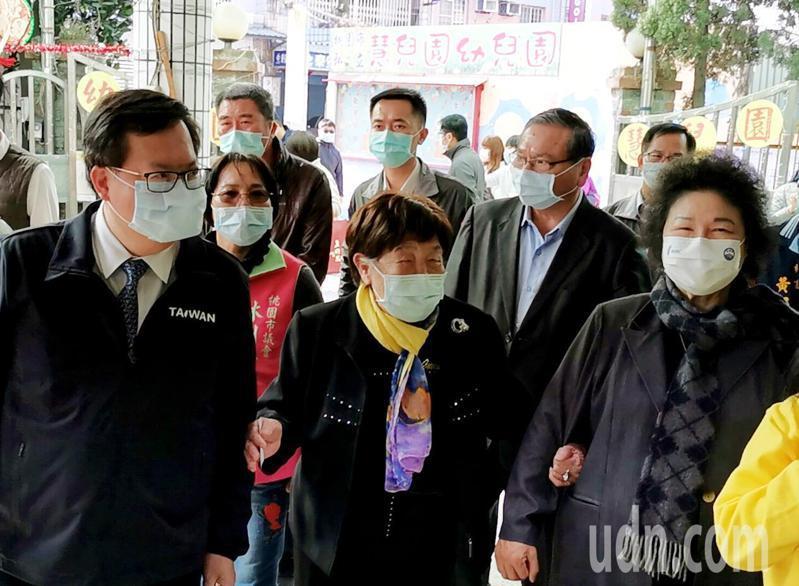 監察院長陳菊(右一)由桃園市長鄭文燦(左一)陪同,拜訪國小老師劉阿李(中)相見歡及關心疫情。記者曾增勳/攝影
