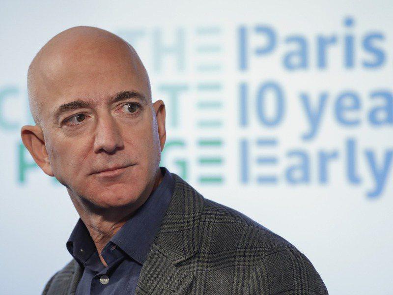 亞馬遜2日宣布,該公司創辦人貝佐斯將在今年第三季卸下擔任27年的執行長一職,轉為執行董事長。美聯社
