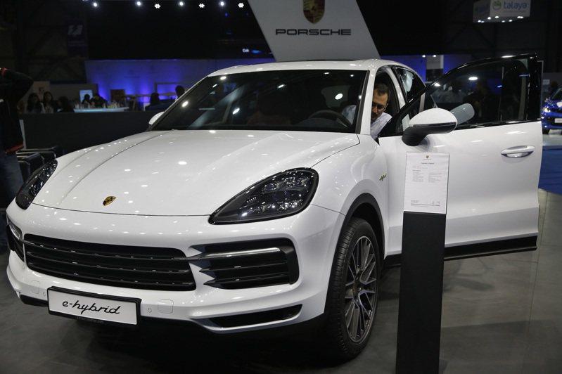 保時捷E-Hybrid Porsche Cayenne參加國際車展的檔案照片。  美聯社