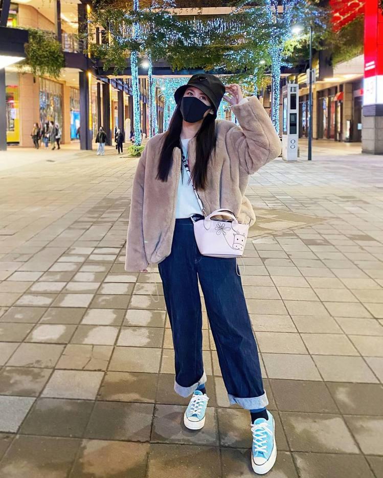 吳姍儒以LONGCHAMP牛年限量Le Pliage淡粉色迷你手提包作為口罩時尚...